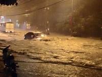 Hà Nội ngập sâu sau trận mưa lớn dồn dập tối qua