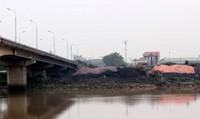 Cảng chiếm đất cầu đe dọa tính mạng người qua sông