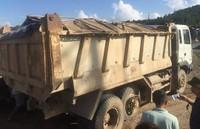 Quảng Ninh: Xe chở đất nổ tung lốp, nhiều người may mắn thoát nạn