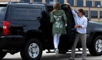 """""""Thâm ý"""" của Đệ nhất phu nhân Mỹ với báo chí qua dòng chữ trên áo khoác"""