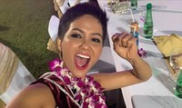 Bận thi nhan sắc nhưng các Hoa hậu vẫn không quên chúc mừng ĐT Việt Nam