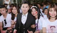 Hàng trăm fan xin chữ ký của giọng ca 'Huyết Chiến'