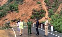 Thừa Thiên Huế: Quốc lộ 49 sạt lở nghiêm trọng, giao thông ùn ứ
