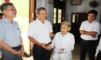 Lãnh đạo tỉnh Thừa Thiên Huế tặng quà gia đình chính sách nhân dịp 27/7