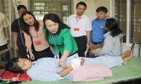 Thứ trưởng Bộ GD&ĐT thăm thí sinh bị rắn cắn suýt hoại tử tay ở Quảng Trị