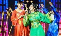 Hồng Mơ giả trai hát nhạc Elvis Phương