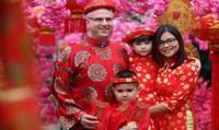 Làng hoa Nhật Tân kiếm bộn tiền nhờ dịch vụ chụp ảnh Tết