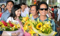 Danh ca Chế Linh cùng vợ tận hưởng gió lạnh đầu mùa Hà Nội