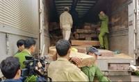 Bắt xe gỗ đinh hương ngụy trang trong bao tải ngô