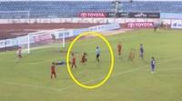 Cầu thủ vái lạy trọng tài, xu hướng đang thịnh hành của V-League?