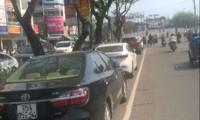 """Huế: Lập điểm đỗ xe """"trái luật"""" trước chợ Đông Ba"""