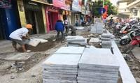 Thay 'áo' mới bền đẹp cho vỉa hè Hà Nội