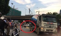 Cô gái trẻ đi xe đạp bị xe bồn cán chết trên đường Hà Nội