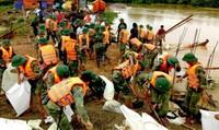 Bộ đội trắng đêm cào đất cứu dân, giữ mạng sống hai người giữa lũ dữ