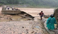 Người dân Khu Tái định cư Húc Nghì (Quảng Trị) khốn đốn vì lũ lại cuốn sập cầu