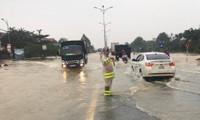 Cảnh sát giao thông Huế dầm lũ đội mưa điều tiết giao thông