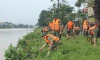 Ấm lòng cảnh 300 cán bộ, chiến sĩ giúp người dân khắc phục bão lụt