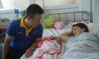 Chồng 'run cầm cập' đỡ đẻ cho vợ trước sảnh bệnh viện