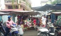 Phường làm ngơ cho họp chợ tự phát giữa đường dân sinh?