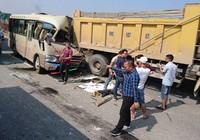 Húc đuôi xe tải, xe khách nát đầu, tài xế chết, hành khách trọng thương