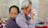 Cụ bà Hà Nội ôm chặt lưng cụ ông khiến con chứng kiến chảy nước mắt