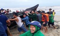 Cứu 4 ngư dân bị sóng biển đánh chìm thuyền