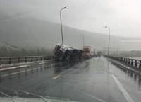 Nhật ký cảnh sát 'cứu' xe trú bão tại hầm Đèo Ngang