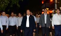 Thủ tướng lội nước lũ thăm người dân phố cổ Hội An bị ngập nặng