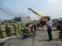 Xe tải chở sữa lật nhào trên cầu