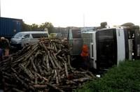 """Mất lái, xe tải chở gỗ đè bẹp """"xế hộp"""" 7 chỗ"""