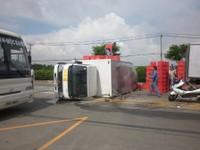 Hai ô tô mất lái lật nhào trên đường TP HCM