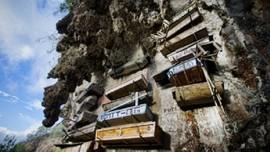 Sửng sốt với nghĩa địa cheo leo trên vách núi