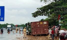 Xe container lật ngang sau va chạm với xe máy, 2 cô gái trẻ thiệt mạng