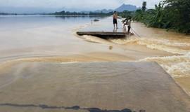 Vỡ đê ở Hà Nội, nước ngập gần nóc nhà dân