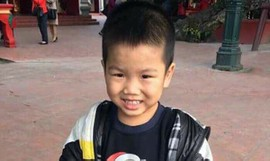 Bé trai khoảng 4 tuổi bị bỏ rơi ở Phủ Tây Hồ