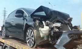 Ô tô Kia nát đầu sau va chạm với xe tang, cả chục người chịu nạn