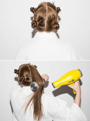 Chia và buộc tóc thành 4 phần. Lần lượt sấy khô từng phần tóc. Dùng lược gai tròn quấn nhẹ, kết hợp sức nóng của máy sấy để tạo những lọn tóc xoăn nhẹ nhàng.
