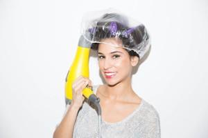 Để tạo lọn to hoàn hảo, bạn nên cuộn tóc ẩm trong lô và dùng mũ trùm đầu trước khi cho máy sấy thổi nhiệt vào trong. Sau khi tóc khô, gỡ mũ trùm, để tóc nguội trước khi mở lô. Bạn sẽ có ngay 1 kiểu tóc xoăn lọn to hoàn hảo và quyến rũ.
