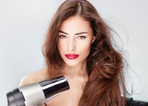Bạn cần điều chỉnh nhiệt độ phù hợp với từng loại tóc. Nếu tóc dày, sợi to và thô, nên dùng nhiệt độ cao nhằm tạo kiểu hiệu quả hơn. Trong khi đó, tóc mỏng và mảnh chỉ nên dùng máy sấy nhiệt độ thấp.