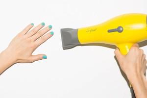 Ngoài tác dụng giúp tóc nhanh khô và dễ tạo kiểu, máy sấy tóc còn được tận dụng cho nhiều bí quyết làm đẹp độc đáo khác. Bạn có thể dùng máy sấy tóc để giúp sơn móng tay mau khô và đều màu hơn.
