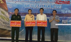 """Báo PLVN tổ chức chương trình """"Chung tay xóa nghèo pháp luật"""" tại Sóc Trăng"""
