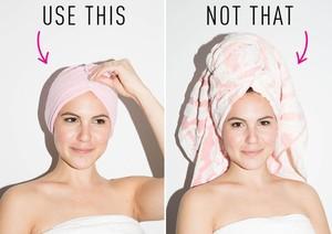 Để làm khô tóc trước khi sấy, bạn không nên quấn bằng khăn bông quá dày. Một chiếc khăn mỏng dệt bằng sợi vải, được quấn sát vào đầu sẽ giúp thấm nước nhanh và hiệu quả hơn. Nên nhớ tóc càng ướt thì nguy cơ bị tổn hại từ nhiệt độ máy sấy càng nhiều.