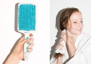 Khăn giấy cũng giúp bạn lau khô tóc nhanh hơn 30% so với dùng máy sấy. Hoặc 1 chiếc lược bông như hình trên để thấm bớt nước trước khi dùng máy sấy.