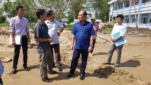 Ông Dư Bé Ba, Chủ tịch UBND huyện U Minh trong chuyến làm việc chuyển khai kế hoạch xây dựng NTM tại xã Khánh Tiến (áo xanh)