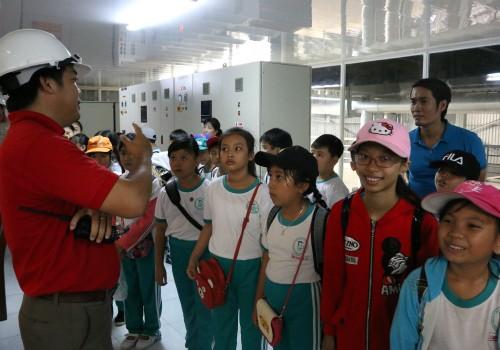 Ông Lương Công Lợi - Giám đốc Nhà máy tinh luyện dầu cá Ranee  thuyết trình cho các bạn học sinh hiểu hơn về công nghệ tinh luyện dầu cá