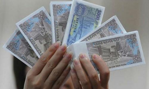 Tiền mệnh giá 10.000 đồng có phí đổi bị đẩy lên 15%. Ảnh minh họa