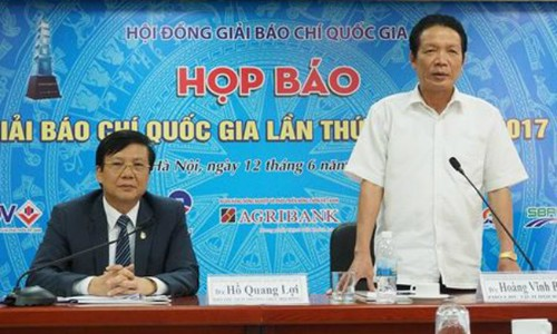 Thứ trưởng Bộ Thông tin và Truyền thông Hoàng Vĩnh Bảo và Phó Chủ tịch thường trực Hội Nhà báo Việt Nam Hồ Quang Lợi đồng chủ trì họp báo Giải Báo chí Quốc gia lần thứ XII - năm 2017. Ảnh ANTĐ