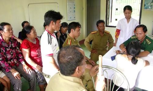Bác sĩ quân dân y BĐBP khám chữa bệnh cho cán bộ và người dân nước bạn Lào