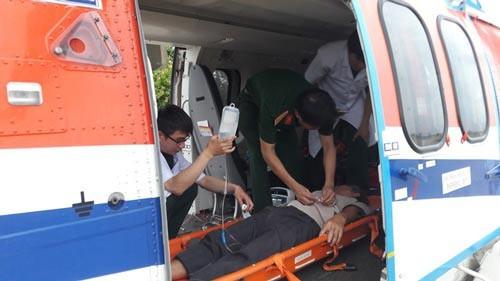 Ngư dân Huỳnh Học được đưa lên trực thăng để về đất liền tiếp tục điều trị (Ảnh do cơ quan chức năng cung cấp)