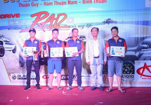 Ông Từ Văn Phước – Chủ tịch HĐQT Việt Úc Group trao giải thưởng cho các thành viên thắng cuộc